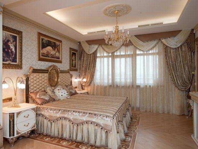 Роскошная спальня в классическом стиле с многоуровневыми шторами