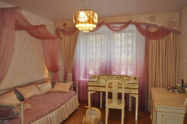 Спальня в розово-бежевых тонах с комбинированным ламбрекеном