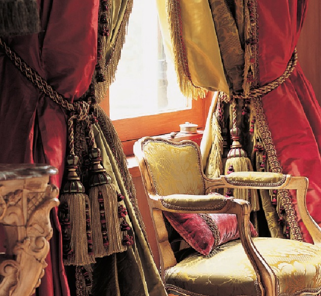 Массивные ламбрекены для штор гостиной