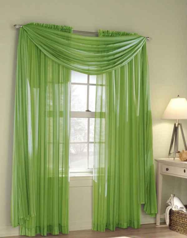 Фисташковая вуаль на окне в маленькой комнате