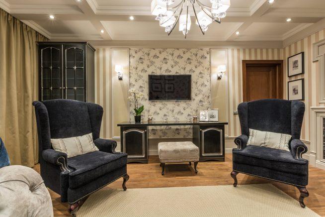 Кресла в неоклассической гостиной