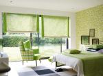 Зелёные рулонные шторы в спальне