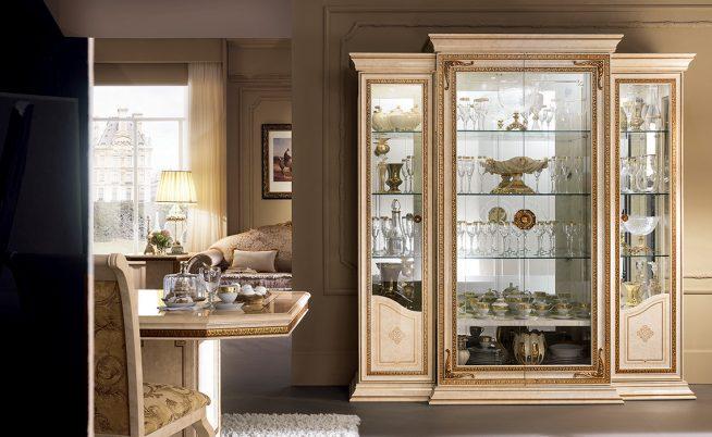 Шкаф-витрина в интерьере столовой