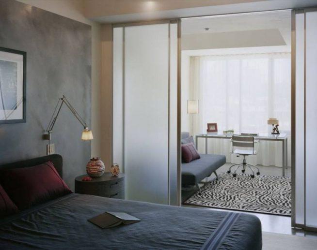 Зонирование комнаты с помощью раздвижных панелей