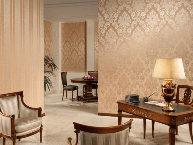 Вариант комбинирования обоев в интерьере гостиной в бежевых тонах