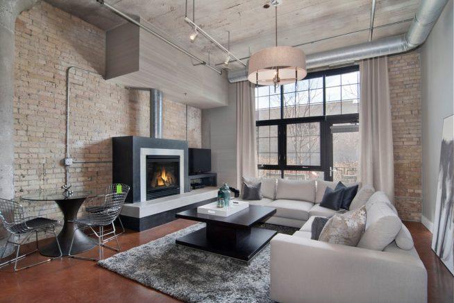 Дизайн гостиной в светлых тонах с камином