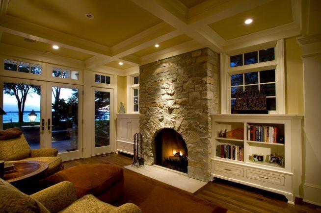 Дизайн гостиной в доме с каменным камином