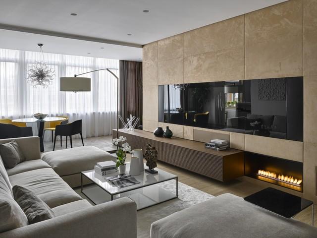 Просторная гостиная с электрокамином