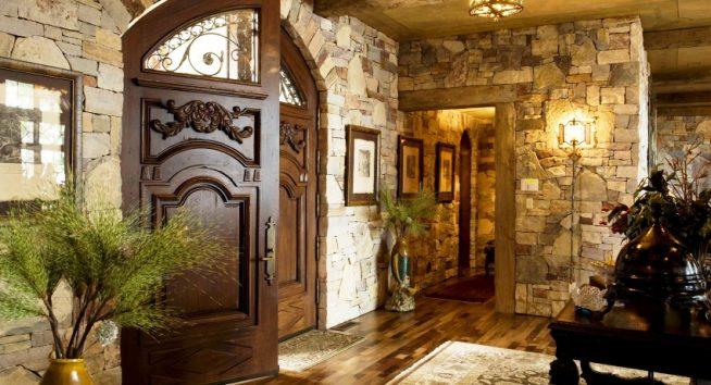 Дизайн холла с каменной отделкой стен