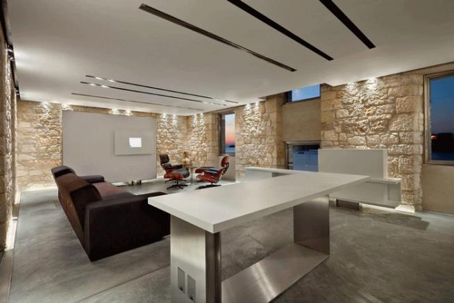 Интерьер квартиры в стиле минимализм с каменными стенами