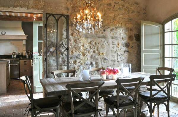 Дизайн столовой в стиле кантри с каменной стеной