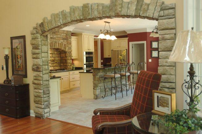 Отделка проема между гостиной и кухей камнем