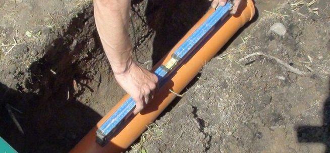 Измерение уклона канализационной трубы