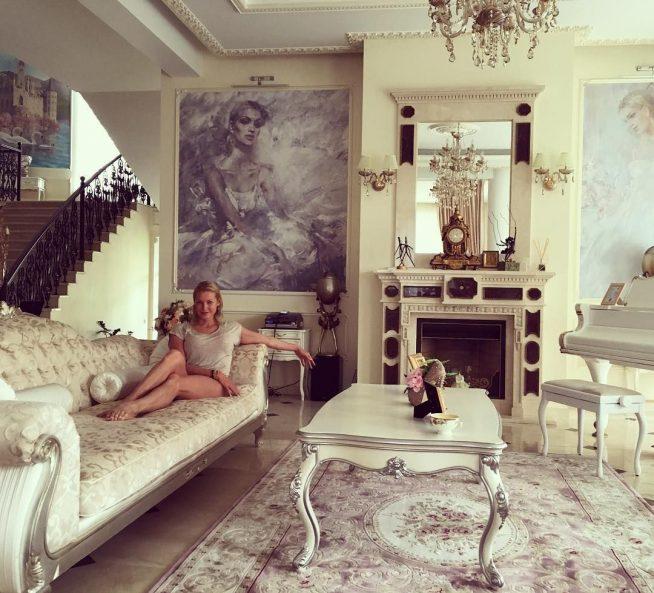 Волочкова на диване в своём особняке