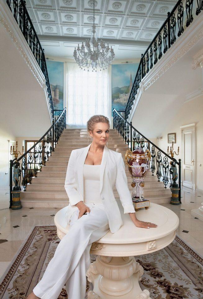 Анастасия Волочкова на фоне лестницы