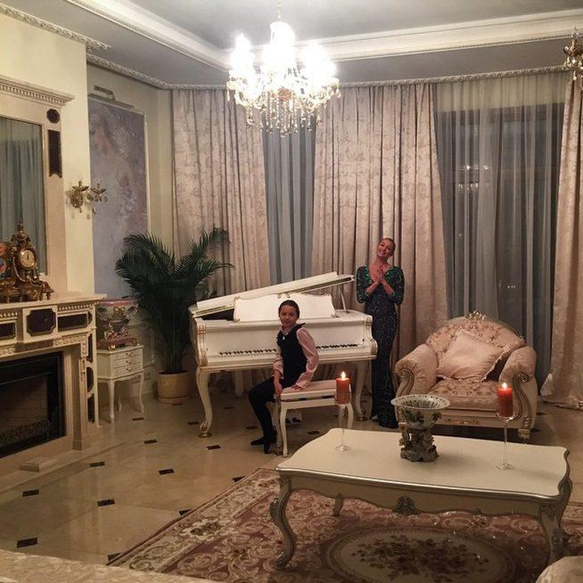 Волочова с дочерью в комнате с камином