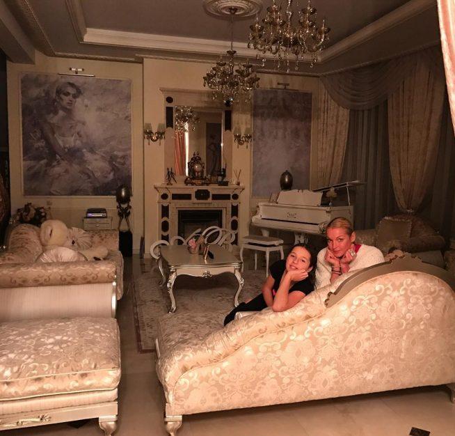 Волочкова с дочерью сидят на диване
