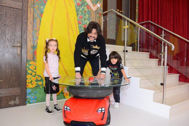 Киркоров с детьми дома