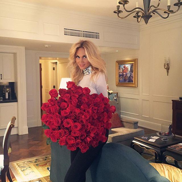 Виктория Лопырёва с букетом роз