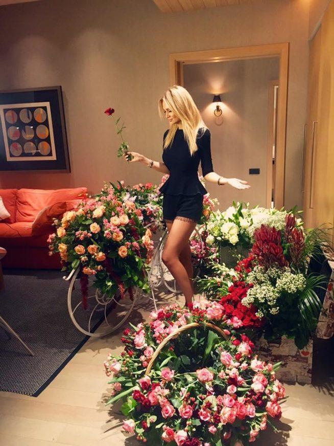 Виктория Лопырёва среди цветов
