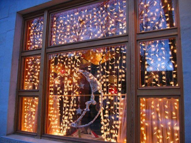 Светодиодная гирлянда на окне