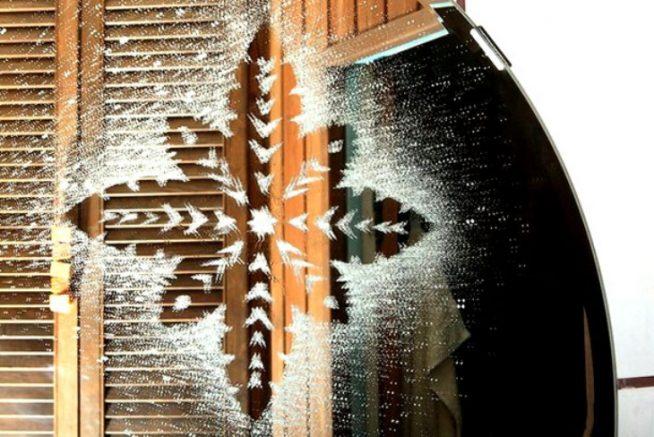 Узор на окне из зубной пасты