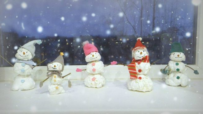 Снеговики на подоконнике