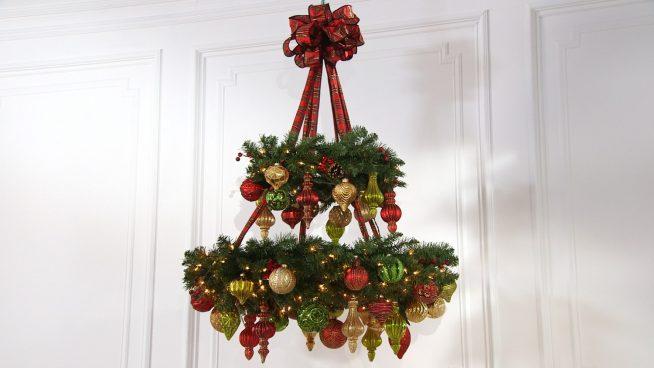 Украшение потолка к Новому году с помощью хвойных композиций
