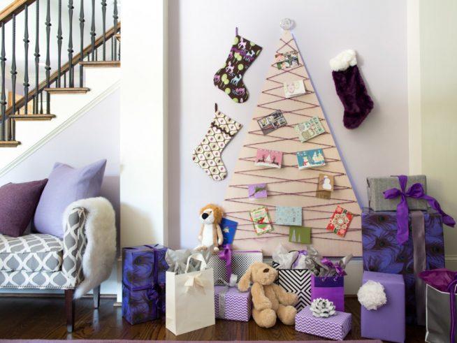 Украшение стены к Новому году с помощью картонной ёлки и новогодних сапожков