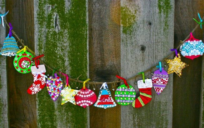 Украшение стены к Новому году самодельной гирляндой