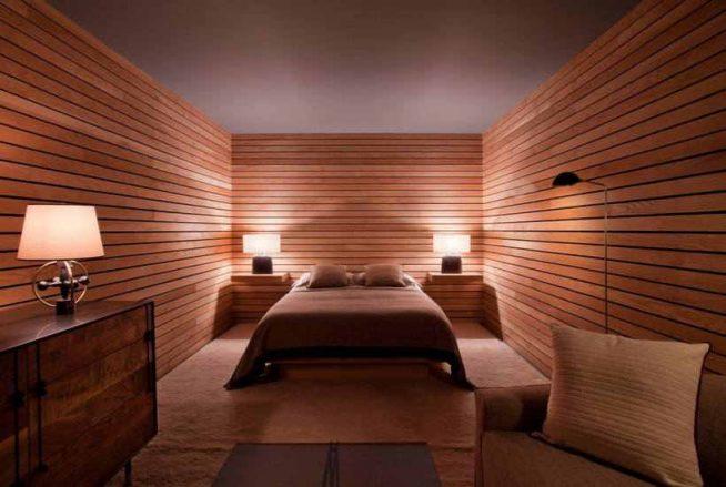 Отделка стен рейками в интерьере спальни