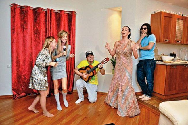 Варнава дома с друзьями