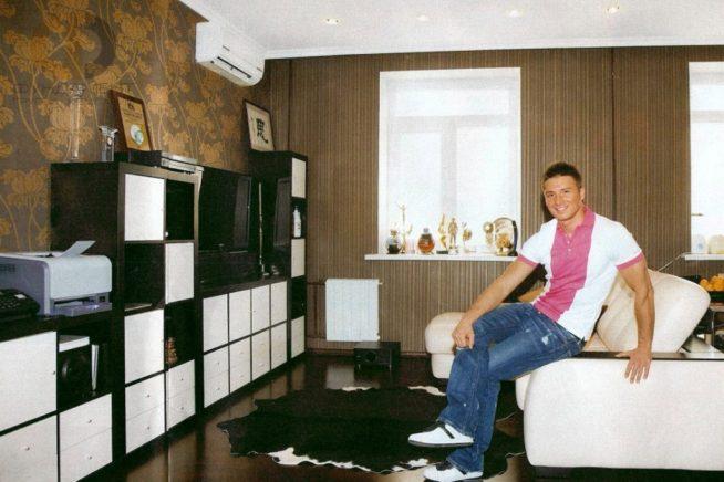 Лазарев в своей квартире