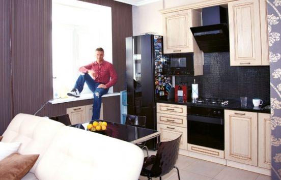 Сергей Лазарев на кухне в своей квартире