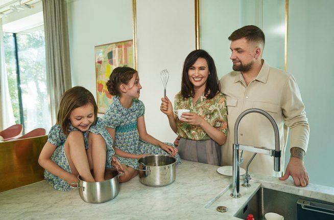 Баста с семьей в своей квартире