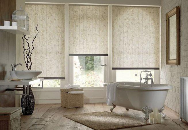 Римские шторы на окнах ванной комнаты