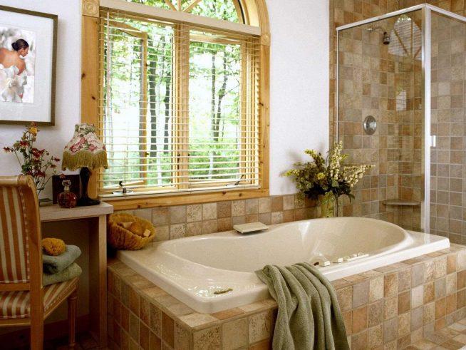 Деревянные жалюзи на окнах ванной комнаты