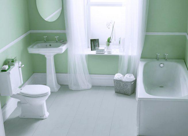 Тюлевые занавески на окне ванной комнаты
