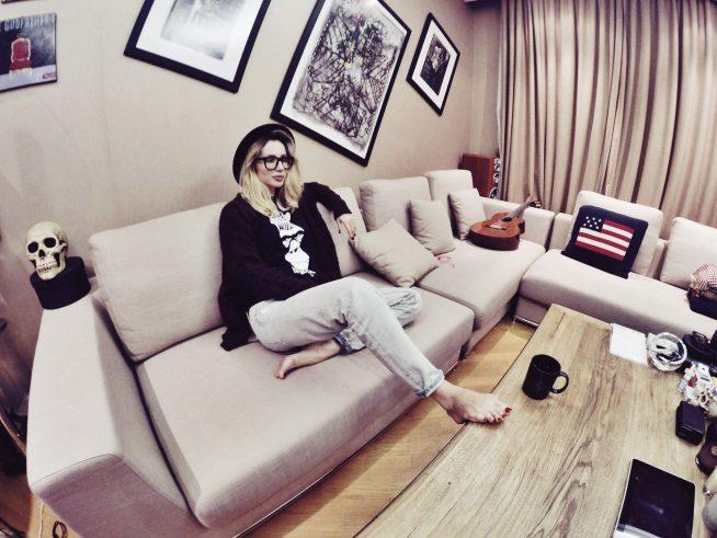 Светлана Лобода на диване