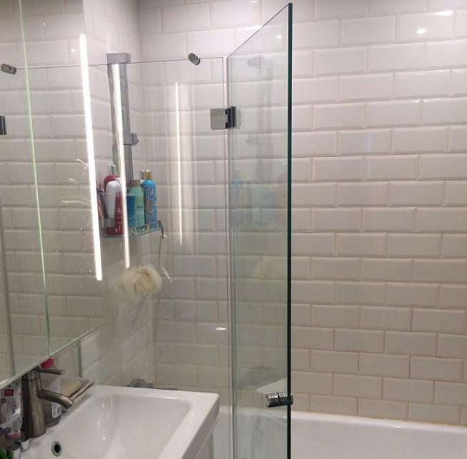 Распашная стеклянная штора для ванны