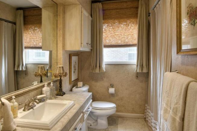 Оформление окна ванной комнаты