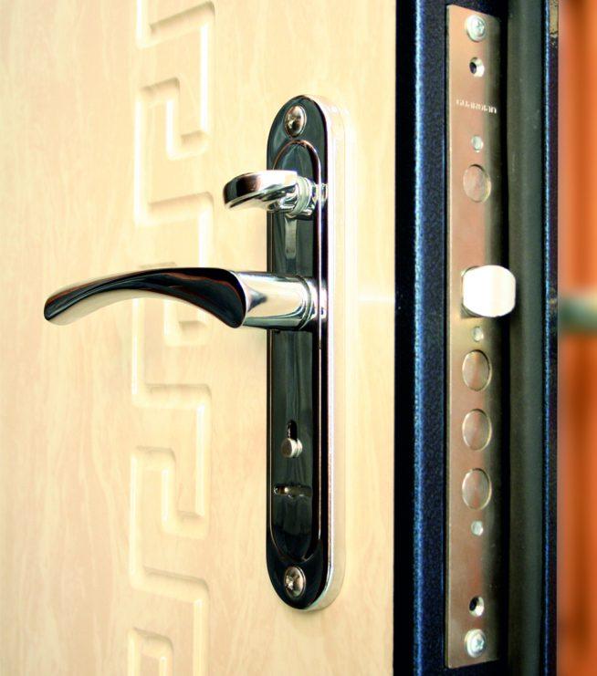 Фото: ручка на входной двери с замочной планкой