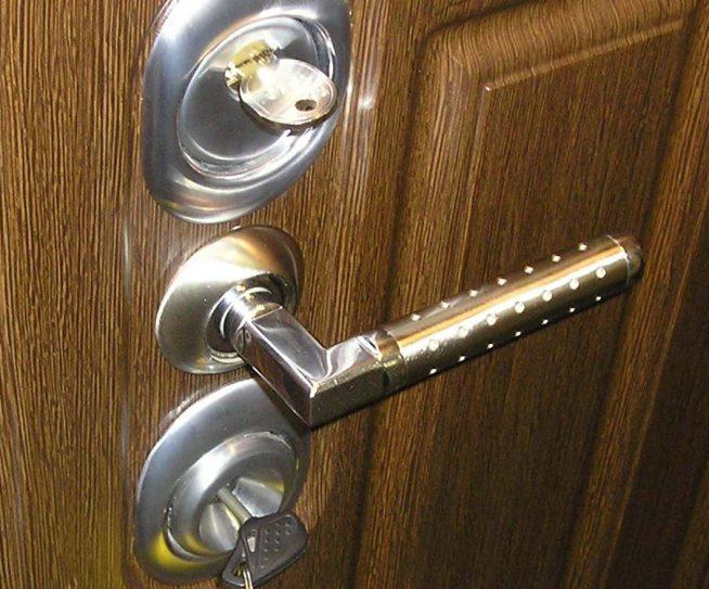 Латунная ручка для входной двери