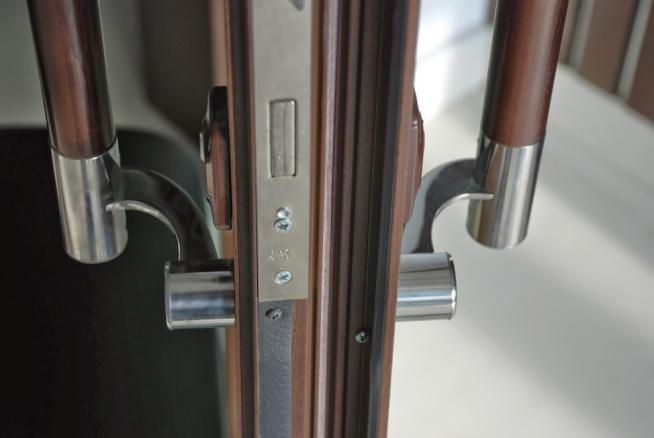 Металлическая дверь с деревянными ручками-скобами