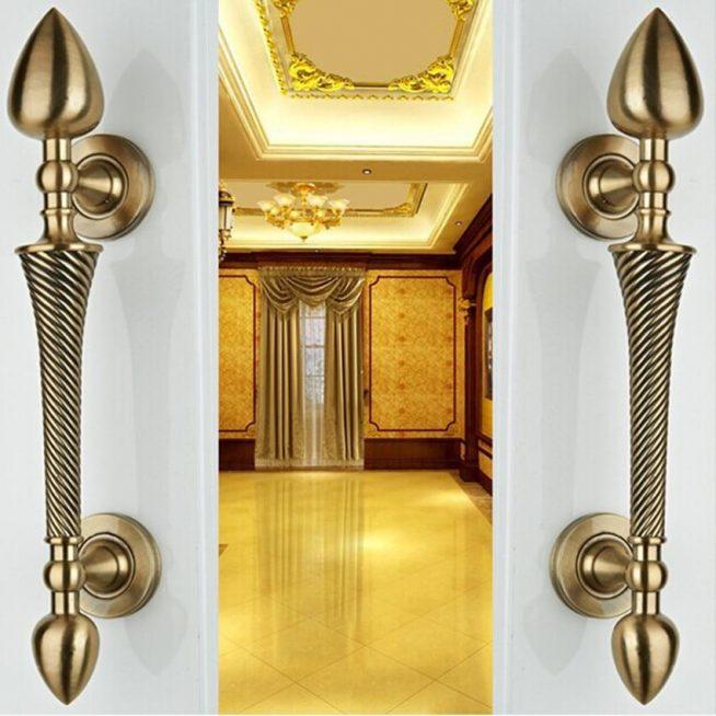 Бронзовые ручки-скобы на дверях зала