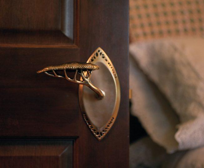 Дверь в спальню с кованой ручкой