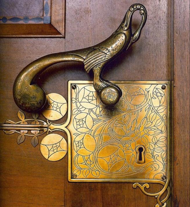 Старинная дверная ручка с замочной скважиной