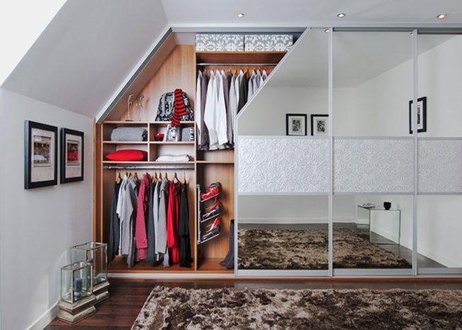 Зеркальный встроенный шкаф в интерьере мансардной квартиры