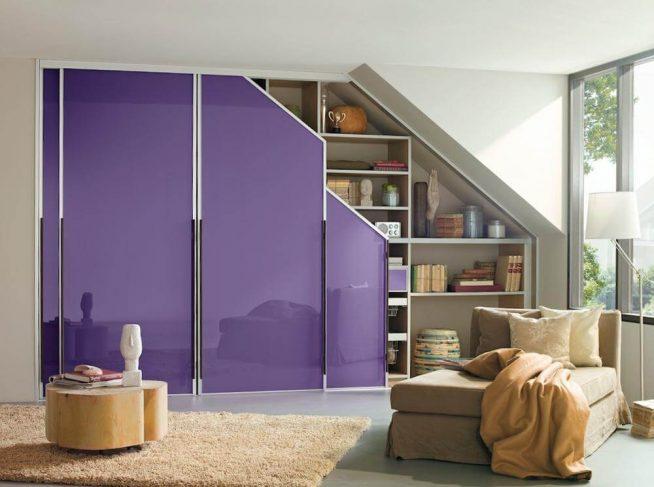Ярко оформленный встроенный шкаф в мансарде