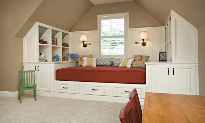 Кровать на подиуме в интерьере мансардной квартиры
